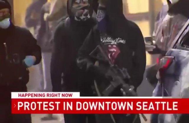 В Сиэтле протестующий вышел с автоматом на митинг, но долго в руках его не продержал