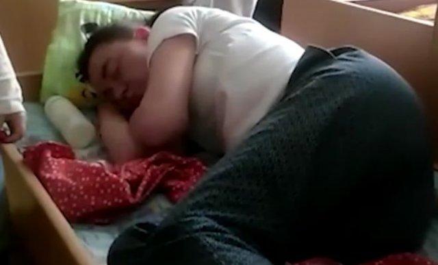 В Екатеринбурге воспитательница из частного детского сада напилась и уснула в детской кроватке