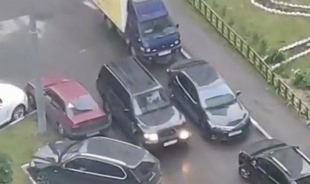 Женщина протаранила с десяток автомобилей и спокойно уехала