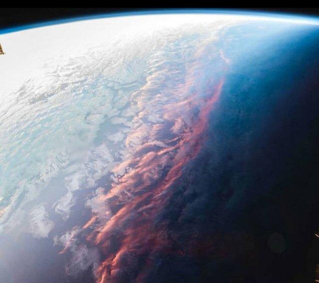 Если смотреть на закат из космоса