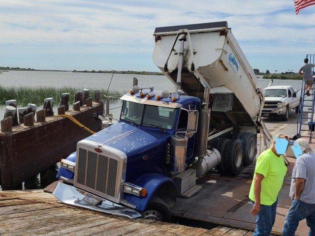грузовик провалился под мост