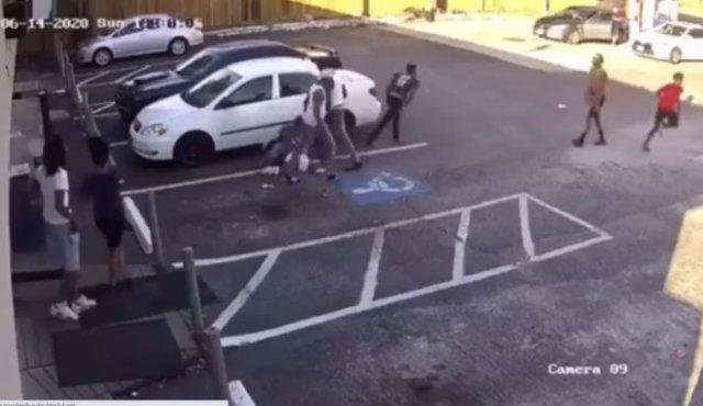 Чернокожие толпой накинулись на белого парня, который вышел из магазина
