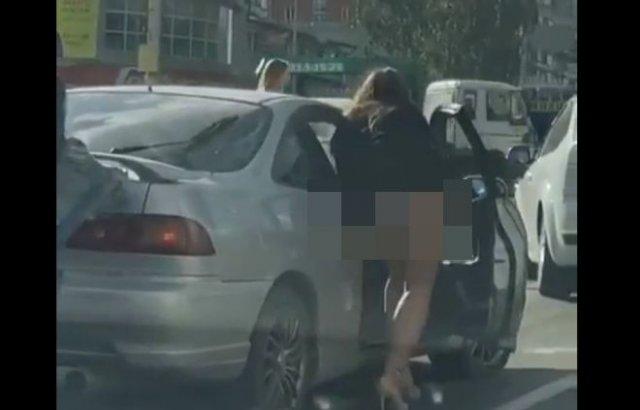 Помогла толкнуть машину, забыв о коротком платье