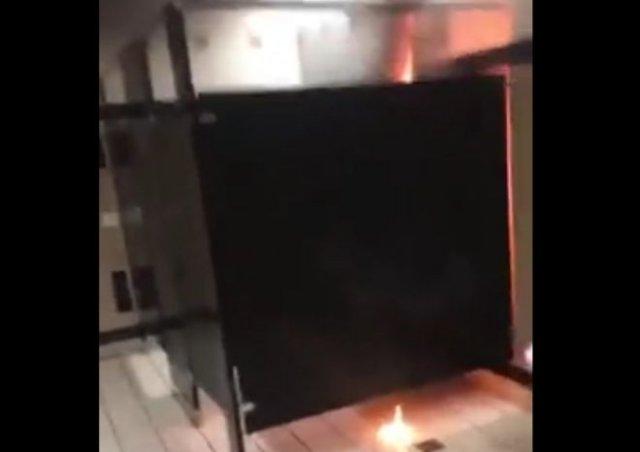 Неадекватные протестующие начали поджигать бумагу в общественных уборных