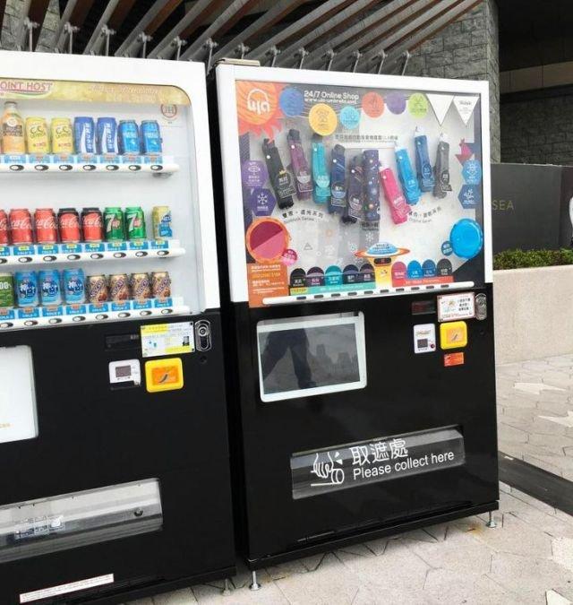 На улицах стоят торговые автоматы с зонтиками