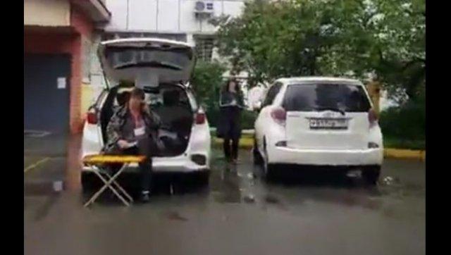 Во Владивостоке голосование за внесение поправок в Конституцию РФ проводят прям из машины