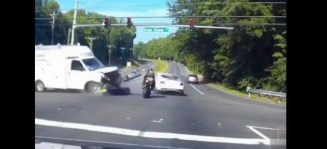 Мотоциклист, которому в этот раз очень повезло
