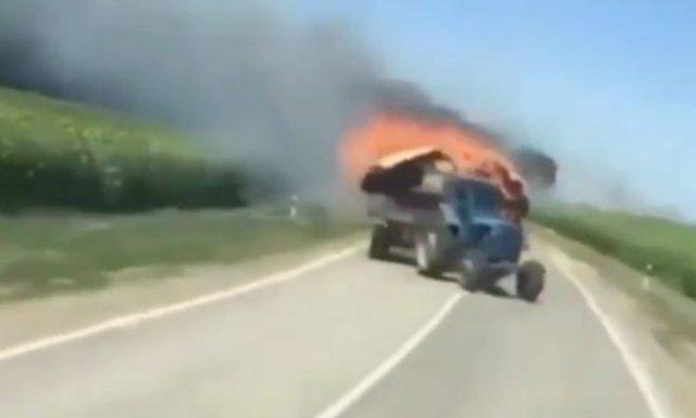 В Краснодарском крае тракторист пытался потушить горящий груз, но поджег поле пшеницы