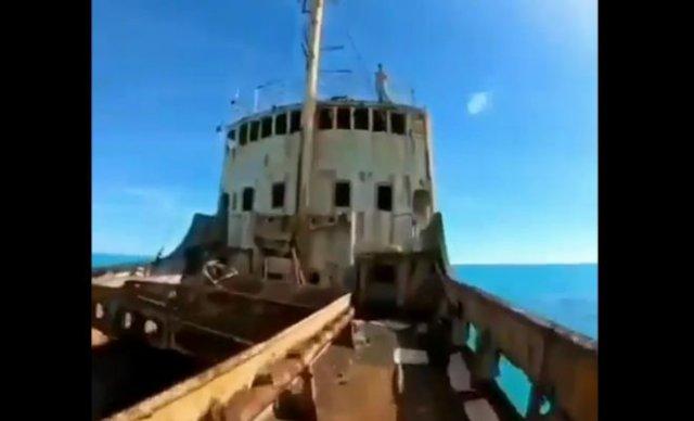 Эпичный прыжок в воду с заброшенного корабля