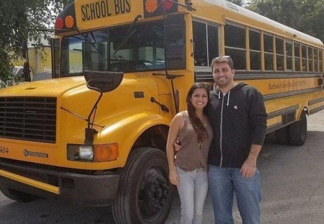 Молодая пара превратила старый школьный автобус в дом своей мечты