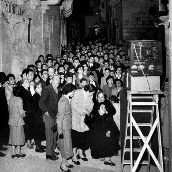 Жители смотрят первый телевизор