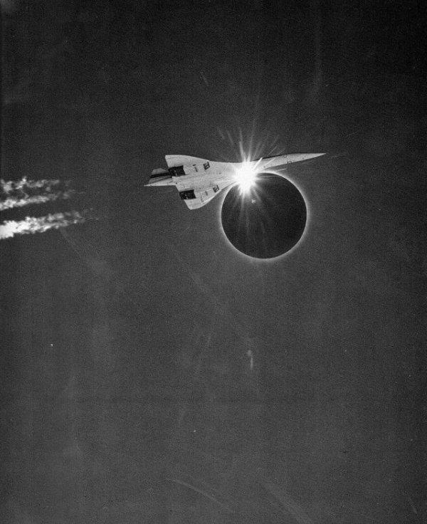 Конкорд 001 на фоне затмения
