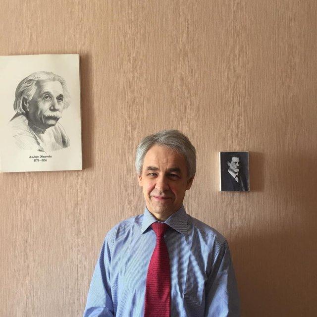 69-летний репетитор по физике Николай Милованов стал звездой Сети