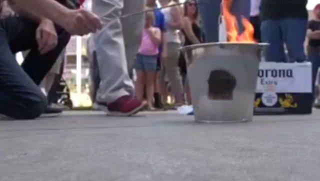 В штате Айдахо люди сжигают маски, называя их символом рабства и угнетения