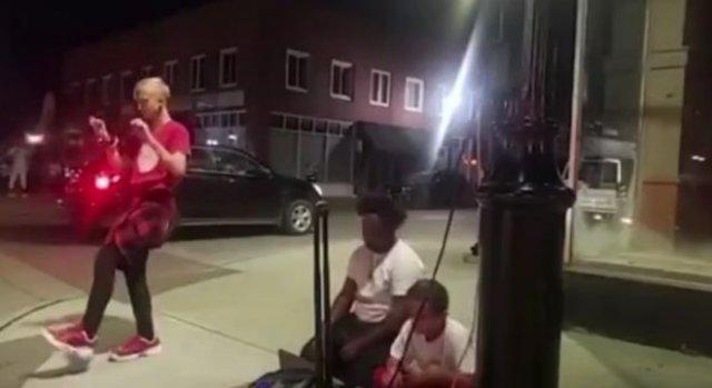 Темнокожий отправил в нокаут парня, который просто танцевал