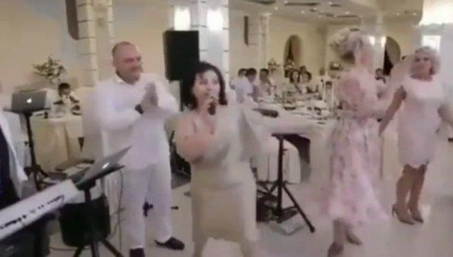 Очень эмоциональная женщина на свадьбе