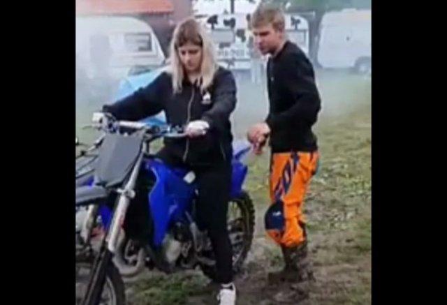 Не стой позади кроссового мотоцикла