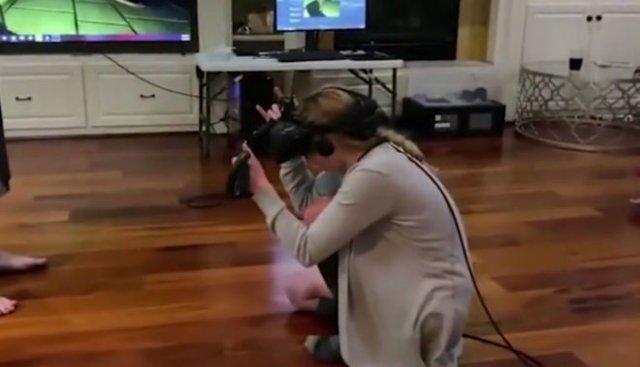 Как девушки играют в хорроры в виртуальной реальности