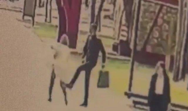 В одном из парков Нижнекамска парень ходил и пинал девушек, заявляя, что ненавидит женщин