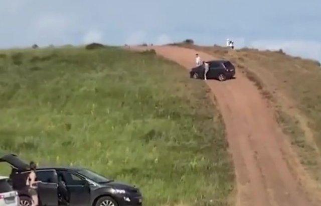 Водитель не справился с управлением и его машина скатилась с холма в толпу отдыхающих