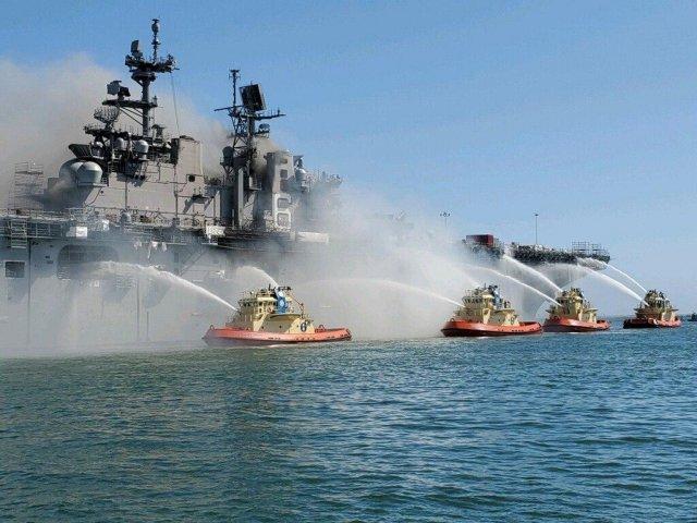 На военно-морской базе в Сан-Диего загорелся корабль «Боном Ричард» (USS Bonhomme Richard)