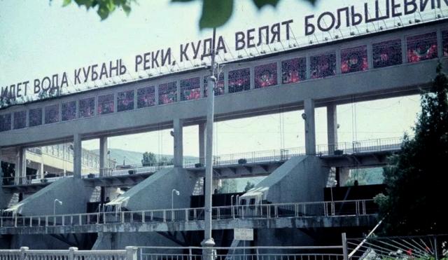 Агитационные плакаты и вывески времен СССР