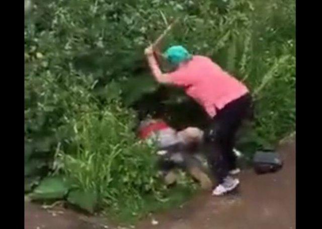Грозная женщина не дала парочке уединиться в кустах