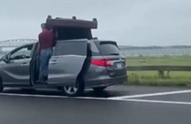 Небезопасный способ перевозки кресла