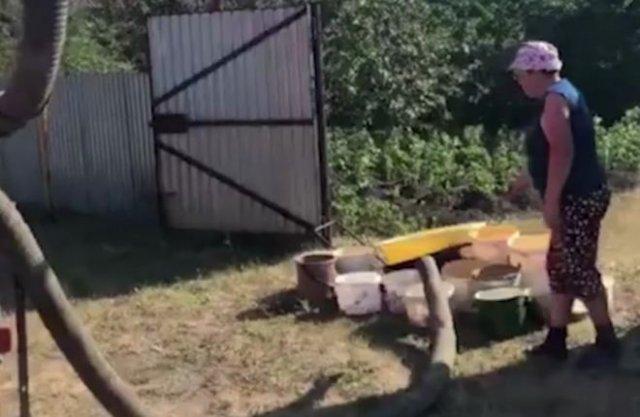 Жителям одной из деревень Челябинской области привезли воду в ассенизаторской машине