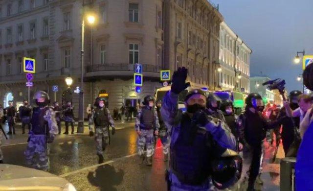 В Москве сбор подписей за отмену поправок в Конституции перерос в стихийное шествие — начались задер