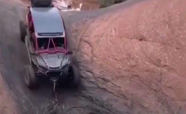 Мощный внедорожник смог взобраться по скале наверх