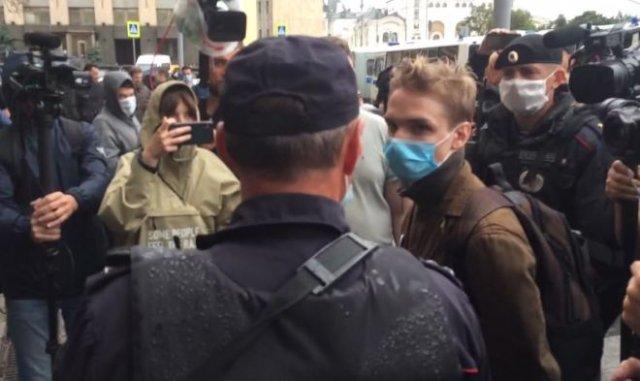 В Москве молодого парня задержали за то, что он слишком пристально смотрел на полицейского