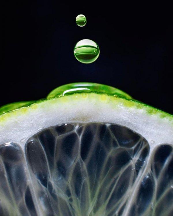 Лимон и капля воды