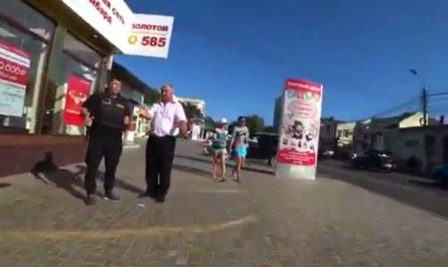 Охранника попросили убрать машину с тротуара, из-за чего он накинулся на парня с дубинкой