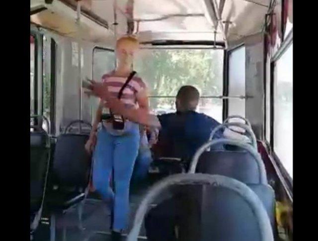 В Новокузнецке пьяный пассажир трамвая был избит девушкой-кондуктором
