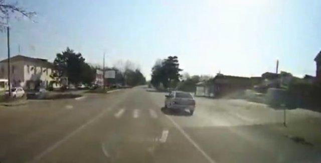 """""""Поворот горит!"""": Водитель """"Лады"""" забыл правила дорожного движения"""