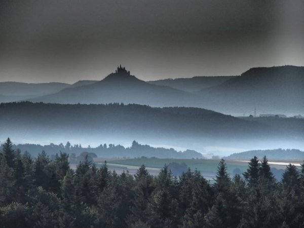 Туманный вид на немецкий замок Гогенцоллерн