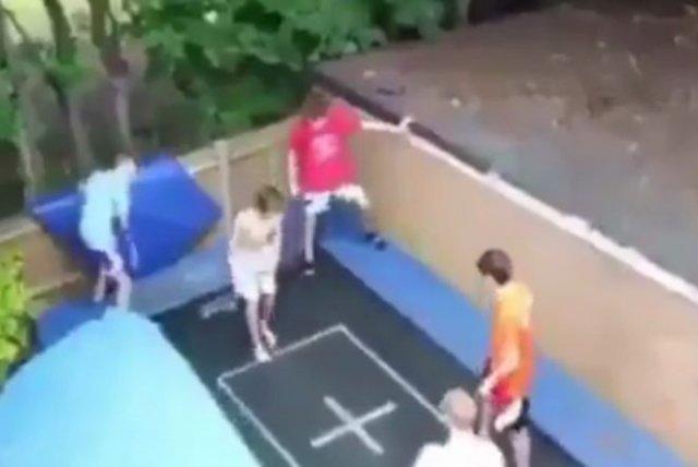 С прыжками на батуте нужно быть осторожнее