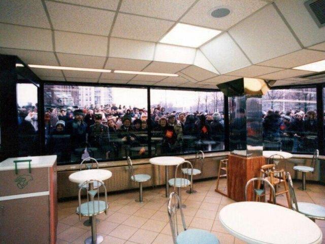 Народ перед открытием первого McDonald's