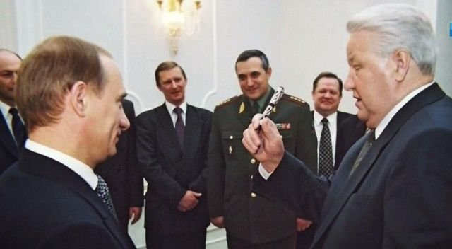 Борис Ельцин дарит Владимиру Путину ручку