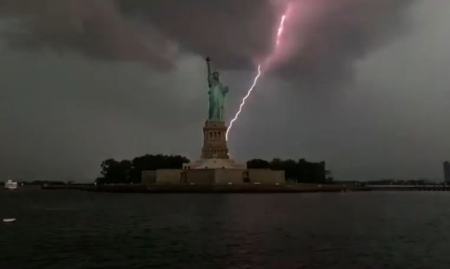В Статую Свободы ударила молния