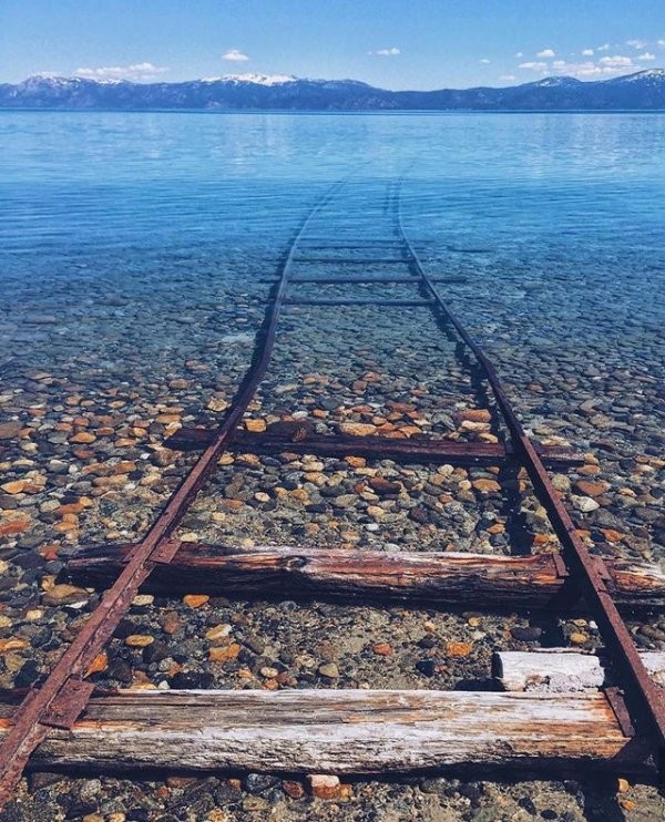 Затопленные пути на озере Тахо в США