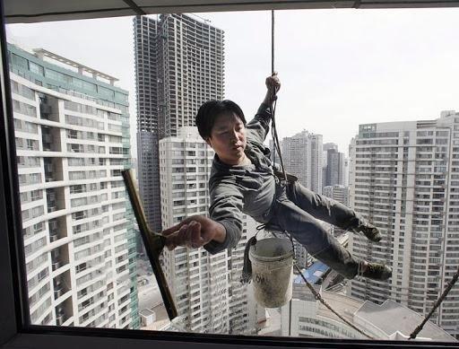 Мойщик окон в Китае