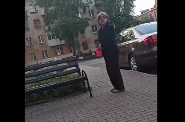 Бабушка воюет за скамейку