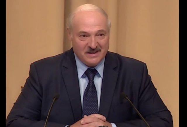 """Александр Лукашенко заявил, что переболел коронавирусом """"на ногах"""""""