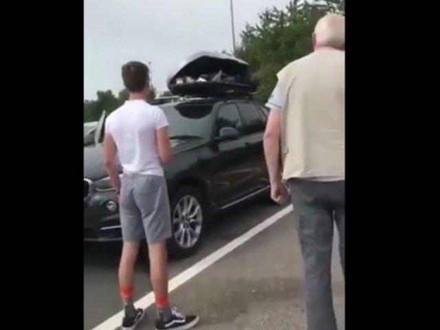 Вернувшись из поездки по Европе, британцы обнаружили в багажнике на крыше двух темнокожих парней