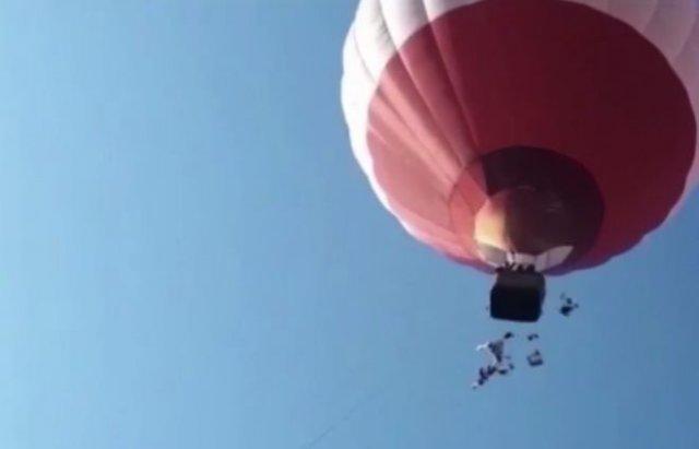 В Подмосковье кто-то скинул с воздушного шара на детскую площадку огромную кучу нижнего белья