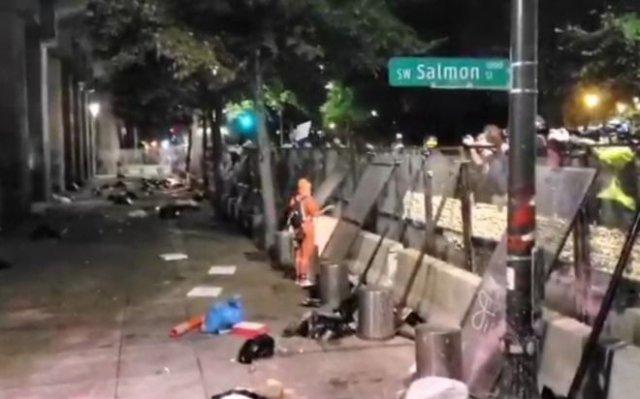 Полицейские в Портленде расстреляли перцовыми шарами протестующего, перелезшего через забор