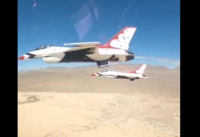 """Красивая работа пилотажной группы ВВС США """"Буревестники"""" крылом к крылу"""