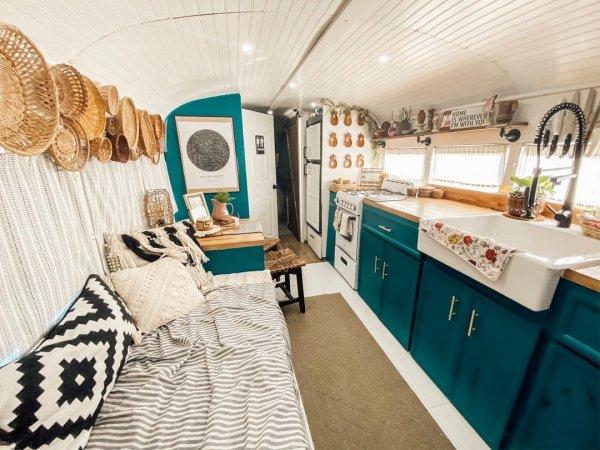 Американская семья превратила школьный автобус в уютный дом